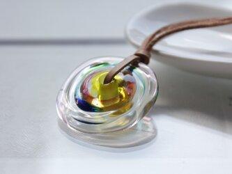 蜻蛉玉の革紐ネックレス〈波紋/虹色〉の画像