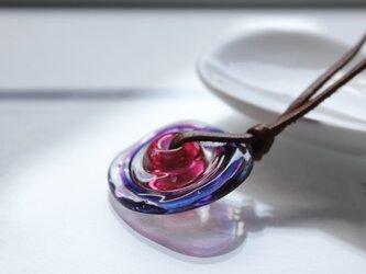 蜻蛉玉の革紐ネックレス〈波紋/赤紫〉の画像