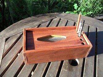 ティシュ箱にペンや、筆が立てられるBOXの画像