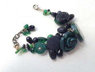 黒と緑のボタンブレスレット bの画像