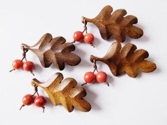 【再販♪】木製葉っぱとアップル珊瑚の木の実のブローチLの画像