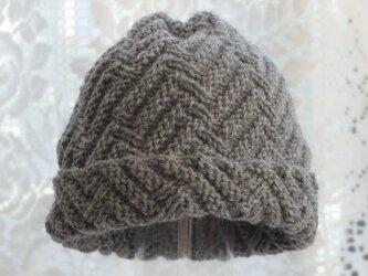 毛100% ななめ編みのニット帽子(濃いグレー・模様入り)の画像