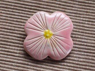 陶器:桃色の花のブローチの画像
