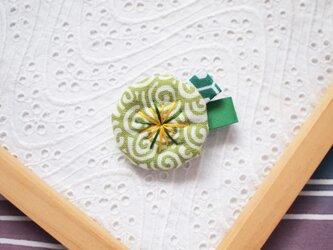 きみどりの渦巻き・小さなお花ブローチの画像