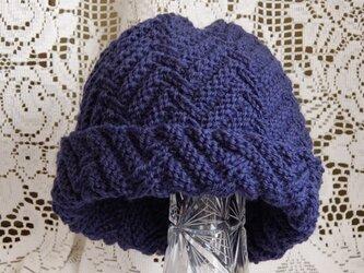 毛100% ななめ編みのニット帽子(紺色・模様入り)の画像