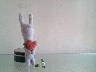 ハート持ったウサギさんの画像