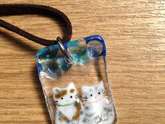 ガラスネックレス 手合わせおすわり猫 2匹の画像