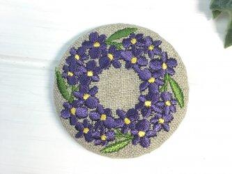 リネン カロチャ風スミレのリース 刺繍のブローチ 丸 50ミリの画像