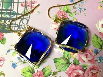 サファイアブルーの菱形ピアス  イヤリングの画像