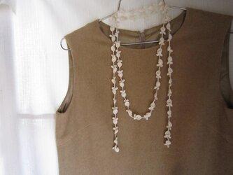 白 花と葉のかぎ針編みネックレスの画像