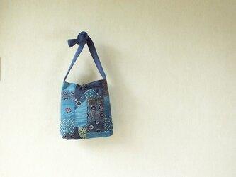 砂の海を渡る青いかばんの画像