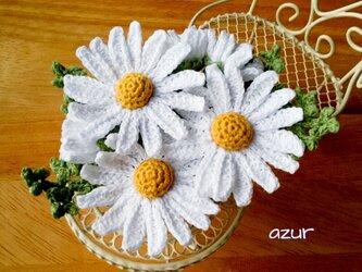 マーガレットの花とつぼみのコサージュの画像