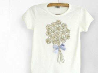 シロツメ草の花束Tシャツの画像