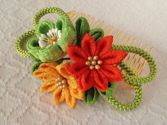 〈つまみ細工〉梅と小菊と江戸打ち紐のコーム(緑)の画像