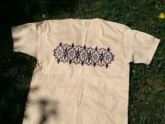 【受注製作】 アイヌ アレンジ柄 バックプリント メンズ Tシャツ ナチュラルカラー S・M・Lサイズ ペアルックとしてもの画像