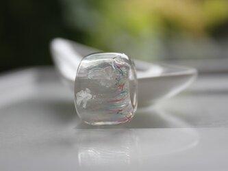 蜻蛉玉の帯留 〜揺らめきの白い花〜〈i-v〉の画像