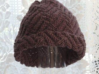 毛100% ななめ編みのニット帽子(茶色・模様入り)の画像