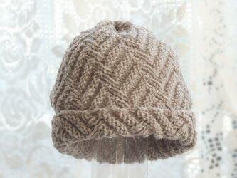 毛100% ななめ編みのニット帽子(薄いチャコールグレー・模様入り)の画像