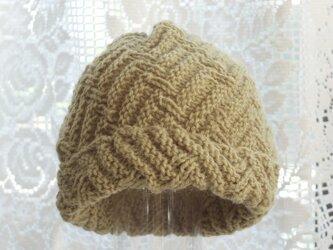 毛100% ななめ編みのニット帽子(薄い抹茶色・模様入り)の画像