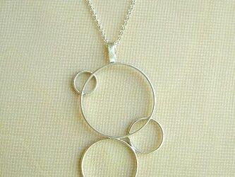 つながり合う輪のネックレスの画像