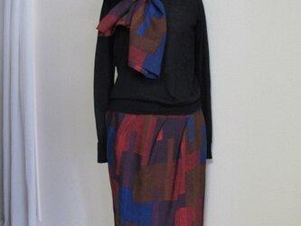 バルーンタイトスカート、ストール付きの画像