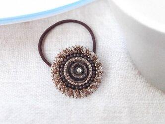 ブラウンカラーのヴィンテージボタンヘアゴムの画像