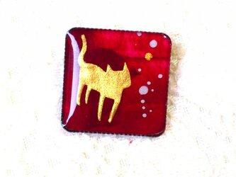 猫のミニブローチボルドーの画像