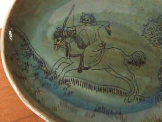 狩りをする猫貴婦人の楕円皿の画像