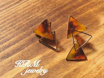 べっ甲柄の三角ピアスの画像