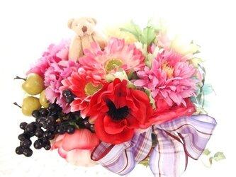 くまちゃんとお花山盛りの花かごの画像