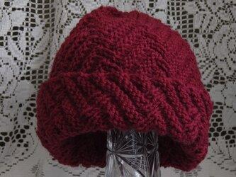 毛100% ななめ編みのニット帽子(えんじ色・模様入り)の画像