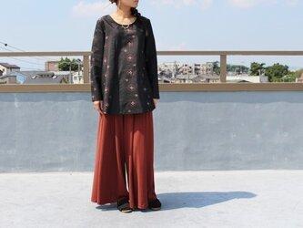 着物リメイク・銘仙のAラインブラウス(黒に赤の柄・M)の画像