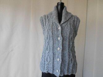 ライトグレーモヘアの模様編みベストの画像