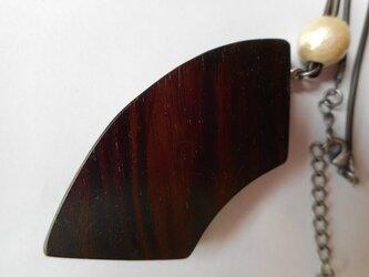 木のネックレス(縞黒檀)の画像