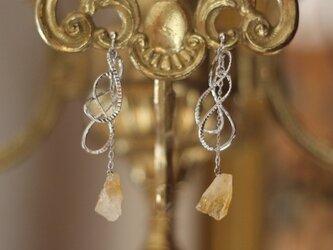 シトリンとツイストループのイヤリングの画像