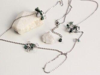 エメラルドとクリスタル(水晶)の朝露ロングネックレスの画像