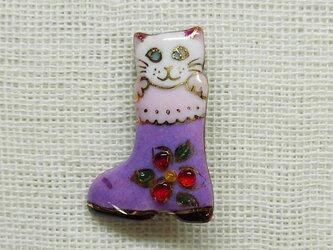 七宝焼ミニブローチ ねこ2016 (紫ブーツの白猫)の画像