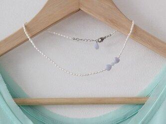 白い淡水パールと、ブルーレースアゲートのリボンとハートのネックレスの画像