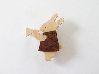 ブローチ ラッパを吹くウサギ ダークブラウンの画像
