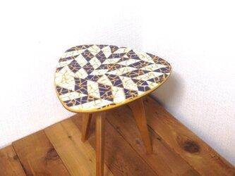 モザイクタイルのシンプルなサイドテーブルの画像