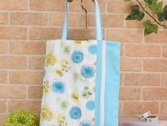 爽やか花柄のトートバッグ:水色の画像