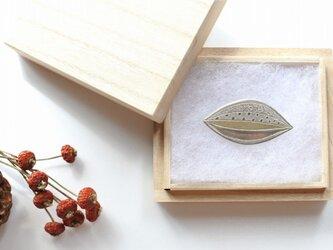 葉っぱモチーフの 銀彩ブローチの画像
