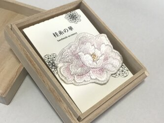艶めく 桃色 牡丹のブローチの画像