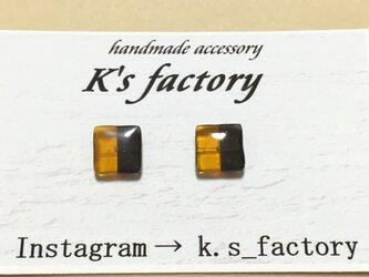 カラーグラスのバイカラー樹脂ピアス(黄色とグレー)の画像