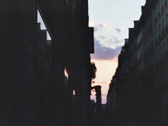【額付写真】夕焼けと飛行機雲の画像