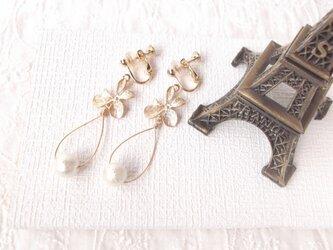 コットンパールとお花のイヤリング(ピアスへ変更可)の画像