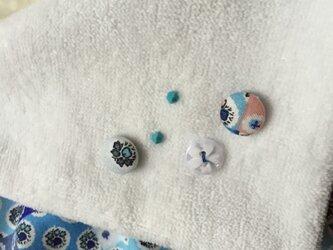 ソレイアードくるみボタン飾りのハンドタオルの画像