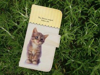 全機種対応 手帳型 スマホケース iPhoneXs iPhone9 猫 kitten sits 座る子猫の画像