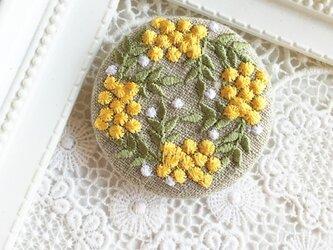 リネン 黄色い実のリース 刺繍のブローチ 丸 50ミリの画像