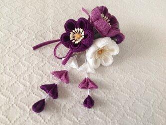 〈つまみ細工〉藤下がり付き梅三輪とベルベットリボンの髪飾り(白と若紫と紫)の画像